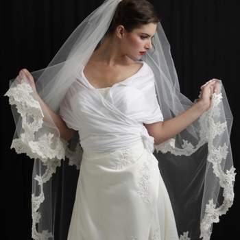 Voile de mariée Tendance bordé de dentelle Coloris. Crédit photo: Mariage Pronoce
