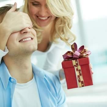 Ricevere un regalo inaspettato lo renderà sicuramente felice. Basta un piccolo pensiero, un gesto per fargli capire che è al centro delle tue attenzioni.  Foto: Shutterstock