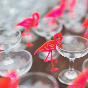 Decoración de licores con flamencos fluorescentes. Credits: Sarah Kate