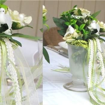 Jolis petits bouquets éternels décorés de gracieux détails couture, lovés dans un vase opaline. Source : decoration-de-fete.com