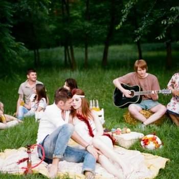 En este tipo de boda hay libertad para sentarse donde cada uno quiera, incluso en el suelo sobre mantas.