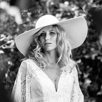 Foto: Rika Conradi | via ANKii | My VINTAGE BOUDOIR Jurk: Enzoani | Jewelry: Abrazi Jewelry | Hoed: Biberg hats