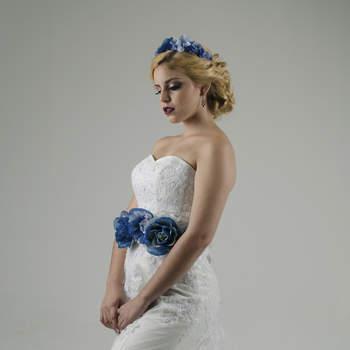 """Si tu """"something blue"""" lo quieres llevar contigo muy presente el dia de tu boda y no tienes miedo al color esta corona en flores y su cintillo como complemento será tu aliado perfecto para dar vida a tu total look."""