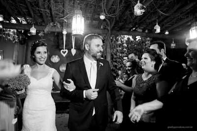 Mini Wedding de Fabiana & Pablo: elegância em tons de marsala e off white, fartura e noivos radiantes!