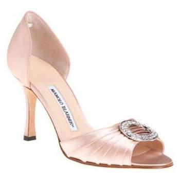 Chaussures de mariée Manolo Blahnik de couleur nude avec boucle en strass : ultra chic