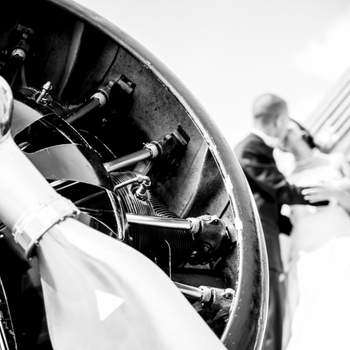Bei einer Hochzeit gibt es unzählige, wunderschöne Motive: Das verliebte Brautpaar, fröhliche Verwandte und Freunde, spielende Kinder und kleine Details. Mein Ziel ist es, einen Mix aus klassischen Hochzeitsfotos und verspielten Momentaufnahmen von der gesamten Hochzeitsgesellschaft zu fotografieren. Um Euren Hochzeitsfotos dabei einen authentischen und spontanen Look zu verleihen, arbeite ich am liebsten mit vorhandenem und natürlichen Licht.  Jede Hochzeit ist anders und individuell - so wie Ihr. Pauschalen oder Pakete gibt es bei mir nicht. Bei einem ersten Gespräch lernen wir uns kennen und reden über Eure Hochzeit. Erst dann erhaltet Ihr ein Angebot, zugeschnitten auf Euren Tag. Ob Ihr nur Aufnahmen während der Trauung und des Apéros oder eine grosse Hochzeitsreportage von den ersten Vorbereitungen am Morgen bis spät in die Nacht wünscht - egal was Ihr vorhabt, ich bin dabei. Mal dezent im Hintergrund, mal mittendrin.