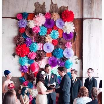 Les fleurs colorées en papier : gaieté assurée ! Rien de tel pour donner une touche vive à votre lieu de réception. - Arrow & Apple photocall