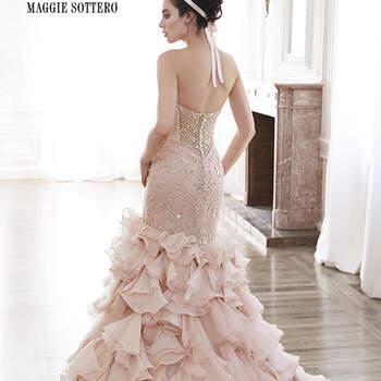 """Este vestido es una oda al romanticismo gracias a este tul glamouroso y Opal de organza. Con corpiño adornado con cristales de Swarovski, ajustado a la figura antes de terminar en una falda con capas impresionante. Se completa el look con un escote corazón y la espalda tipo ilusión. Acabado con botón de cristal sobre cierre de cremallera.   <a href=""""http://www.maggiesottero.com/dress.aspx?style=5MT118"""" target=""""_blank"""">Maggie Sottero Spring 2015</a>"""