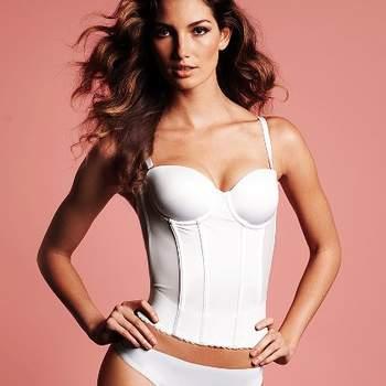 Corpiño de raso blanco con tirantes de quita y pon, eleva el pecho y ayuda a mantener firme la tripa y la cintura, de la colección Victoria´s Secret 2012