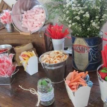 """""""Cajas de madera, antiguos sifones, cajas de latón que encontramos en una feria vintage  y que llenamos de flores para conseguir un efecto entre lo viejo y lo nuevo; cubos de latón y sacos con tela de arpillera hechos por nosotras mismas, fueron los elementos que utilizamos para crear una candy bar de 10"""", explican desde oh!myWedding.  Foto: oh!myWedding.  http://www.ohmywedding.es/"""