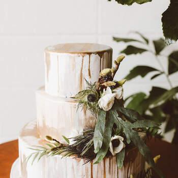 Foto: Red Aspen Photography - Pastel de bodas decorado con pequeñas flores y plantas silvestres