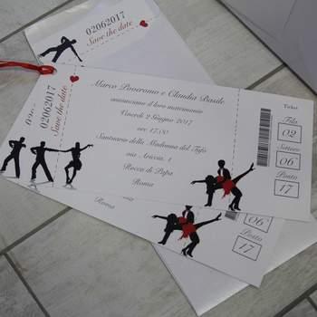 Impronte Sulle Nuvole: Una partecipazione che parla di voi e delle vostre passioni, su carta patinata e lucida a forma di biglietto evento, il matrimonio si preannuncia pieno d'intrattenimento!
