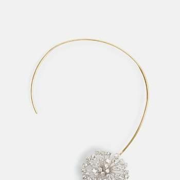 Collar rígido que destaca por su diseño de diente de león formado por pequeños tallos de metal con cristales engarzados. Credits: Carolina Herrera