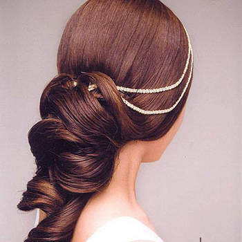 Une coiffure ultra glamour. On aime le côté naturel tout en étant travaillé, de la coiffure. Crédits : lemienozze.it