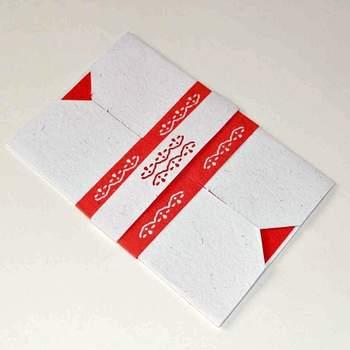 Convite de casamento com detalhes em branco e vermelho.