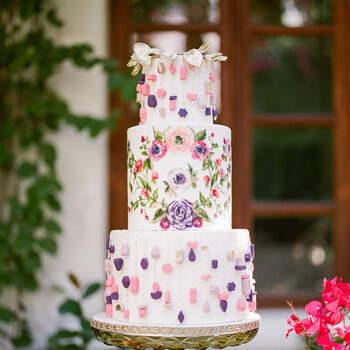 Foto: Braedon Flynn Photography - Pastel de boda original con decoración en tonos rosas y morados y flores pintadas a mano