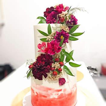 Os bolos de casamento com flores naturais ficam fabulosos. | Créditos: Velvet