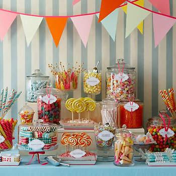 Candy Bar vintage avec des drapeaux, des bonbons, des sucettes, des chewing gum, dans des bocaux vintage. Source : Amy Atlas.