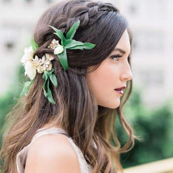 Cabelo de noiva solto com tranças e flores   Credits: Whiskers and Willow Photography