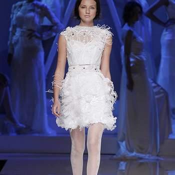 Robe de mariée courte Yolan Cris 2013, tombé impeccable et petites manches, jeu de transparence. Photo : Barcelona Bridal Week