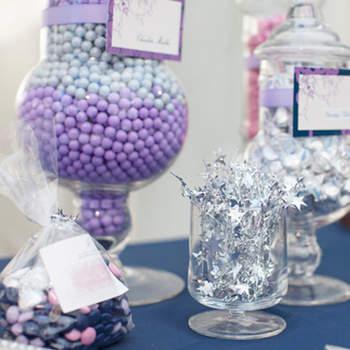 Elégant Candy Bar dans les tons lilas et argentés avec des bocaux ronds et des sacs de cadeaux. Source : Style me pretty. Gladys Jem Photography.