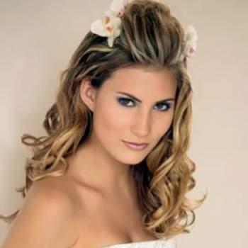 Cheveux longs et ondulés avec une touche champêtre : au top pour un mariage estival. Credits : pourfemme.it