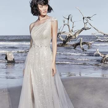 """<a href=""""https://www.maggiesottero.com/sottero-and-midgley/ronelle/11563"""">Maggie Sottero</a> <br> Cette robe de mariée unique évoque le glamour classique d'Hollywood, avec ses couches de tulle brillantes."""