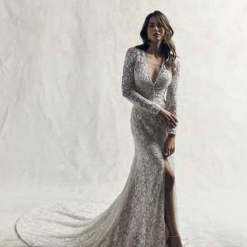 Este magnífico vestido de novia con mangas está compuesto de motivos de encaje en toda la parte superior de tul, creando así una perfecta silueta.