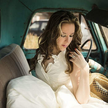 La intención de la foto es realzar la belleza de la novia y del vestido en un escenario contrastante. Esta foto fue una sesión de Trash the Dress en Pénjamo y la novia se metió a una camioneta abandonada en una ranchería.