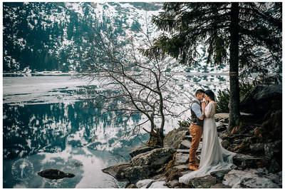 Sesja ślubna zakochanych przy majestatycznym i mglistym Morskim Oku. Nie przegap tych kadrów!
