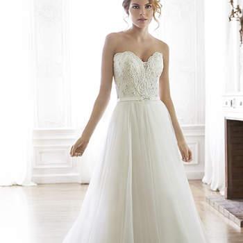 """Centelleantes cristales Swarovski acentúan el corpiño de este vestido de novia de efecto romántico. Complementado con un escote corazón para terminar con botón de cristal sobre la cremallera y del corsé interior.  <a href=""""http://www.maggiesottero.com/dress.aspx?style=5MS022"""" target=""""_blank"""">Maggie Sottero Spring 2015</a>"""