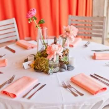 Las cortinas de la zona del banquete eran naranjas, al igual que las servilletas.
