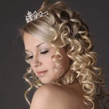 On mise sur des boucles tout en dégageant le visage : au top pour une mariée romantique. Crédits : hairdresser-models.eu