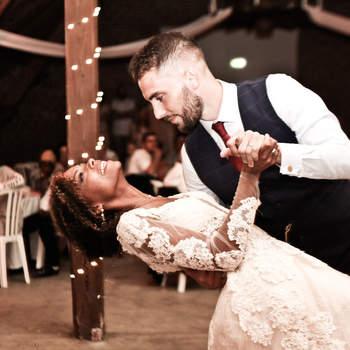 Photo : Sébastien Boudoul - Ce photographe est un véritable artiste jouant avec les lumières artificielles et naturelles pour donner le ton à ses photos. Celle-ci relate la première danse des mariés, avec élégance et légèreté.
