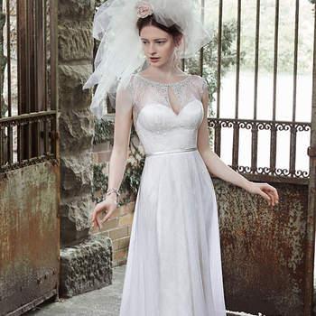 """Cristais Swarovski  adornam o decote ilusão e mangas neste vestido elegante de casamentom com rendas bem recatado.  Vem com cinto fino na cintura, botões forrados e feche com zíper.  <a href=""""http://www.maggiesottero.com/dress.aspx?style=5MT687"""" target=""""_blank"""">Maggie Sottero</a>"""
