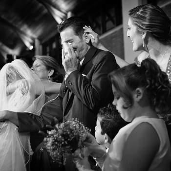 """Uma foto de um momento que sempre é muito emocionante: os cumprimentos dos pais, onde a benção é dada e a emoção da """"despedida"""" é inevitável."""