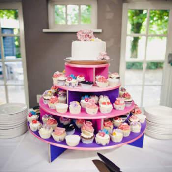Los diseños de los cupcakes pueden ser tan originales y decorativos como el diseño de un pastel de boda. Puedes elegir ofrecer cupcakes y ponerlos como parte de tu mesa de postres para tus invitados que gusten de ellos, además de pastel de boda. 2Rings Trouwfotografie & Feeststudio