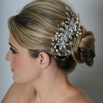 Fleurs brillantes et perles : l'association parfaite pour une coiffure de mariée vintage. - Source : www.maritzasbridal.com