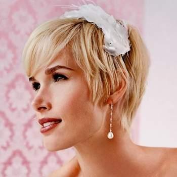 Une plume façon hair band accessoirise parfaitement des cheveux courts. - Source : matrimonio.pourfemme.it