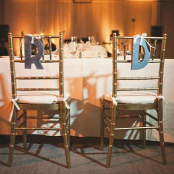 Les initiales des mariés sur les chaises, rien de tel pour personnaliser la table des mariés. Source : Style Me Pretty