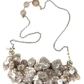 """Importante gioiello con accumulo di diamanti tenuti insieme da una """"rete"""" per mettere in risalto una scollatura semplice"""