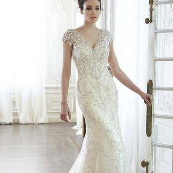 """Un vestido romántico por excelencia gracias al uso de tul, llleva cristales de Swarovski en cascada por la blusa, que adornan las mangas semi transparente que deja entrever la piel. Acabado con botón de perla sobre cierre trasero interior.   <a href=""""http://www.maggiesottero.com/dress.aspx?style=5MT129"""" target=""""_blank"""">Maggie Sottero Spring 2015</a>"""