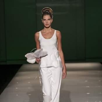 Completo canotta con maxi fiore e pantalone classico bianco. Tosca Spose Collezione 2013. Foto: Sì Sposaitalia Edizione 2012