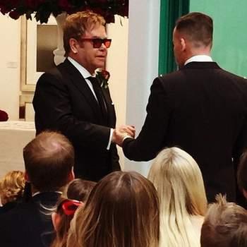 O cantor britânico Elton John anunciou em dezembro a oficialização do casamento com seu companheiro há 21 anos, David Furnish, em sua conta na rede social de compartilhamento de fotos Instagram.