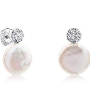 """Brincos """"Alecia"""" de ouro branco com Diamantes e Pérolas. Créditos: Tous"""