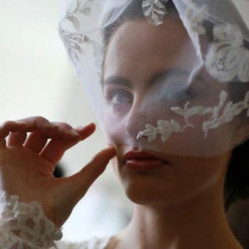 Voile court style annés 50, allant jusqu'au coude de la mariée. Les broderies en forme de fleurs et la dentelle sur la robe donnent une touche sexy au look.