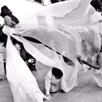 "Estilo ""Capilla"" llega hasta la altura del vestido de la novia."