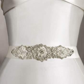 """Um cinto no vestido de noiva é um acessório que pode fazer uma grande diferença no look final. Dando um toque de sofisticação e estilo.Foto: <a href=""""http://zankyou.9nl.de/oss2"""" target=""""_blank"""">Pronovias</a>"""