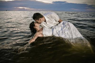 Szalona sesja ślubna: Młoda Para w wodzie!