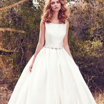 Wer es lieber hochgeschlossen mag, der wird sich in dieses Brautkleid mit U-Boot-Ausschnitt verlieben.